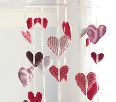 cortina de coração em feltro com estampas listradas e de bolinhas