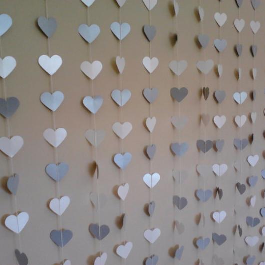 cortina de coração em tons de azul feita de papel