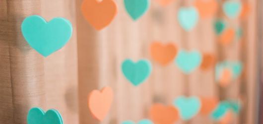 cortina de coração laranja e verde feita de EVA