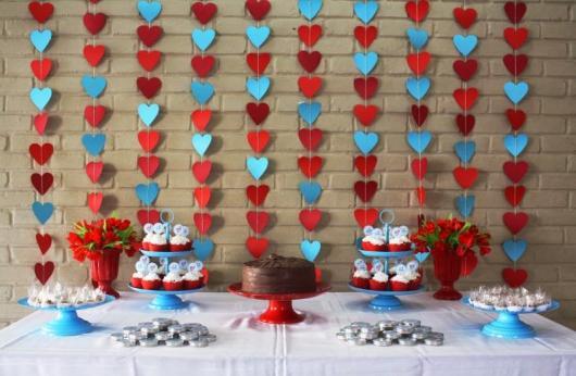cortina de corações azul e vermelho