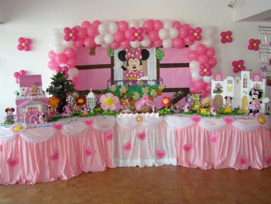 Decoração com papel crepom rosa e branca Minnie