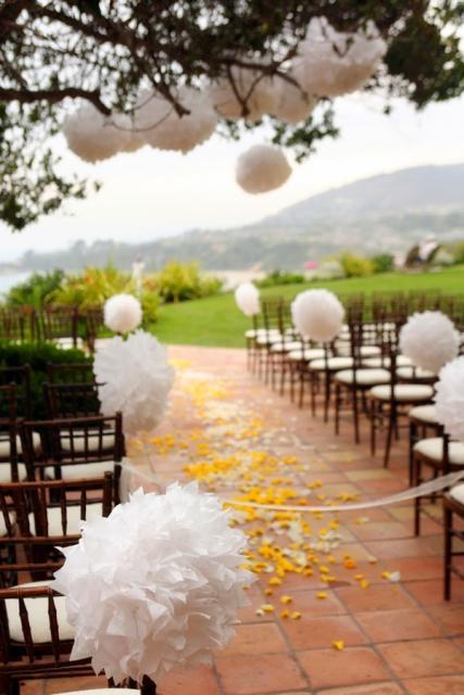 Decoração com papel crepom para casamento flores brancas