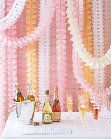 Decoração com papel crepom para o bar da festa de casamento