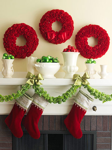 Decoração com papel crepom de natal vermelha e verde