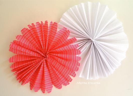 Decoração com papel crepom flor de leque vermelha e branca