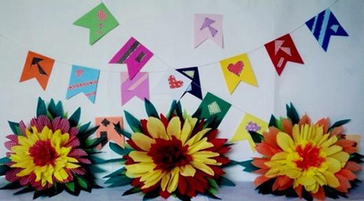 Decoração com papel crepom flores para festa junina