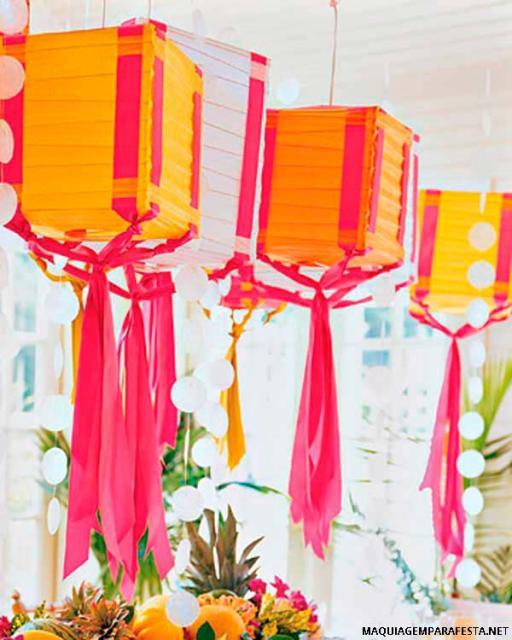 Decoração com papel crepom de teto para festa junina