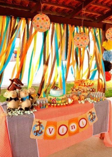 Decoração com papel crepom festa junina ao ar livre