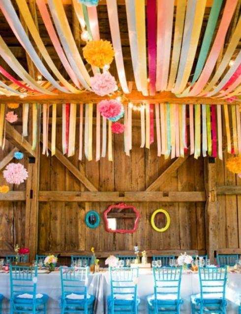 Decoração com papel crepom festa junina no celeiro