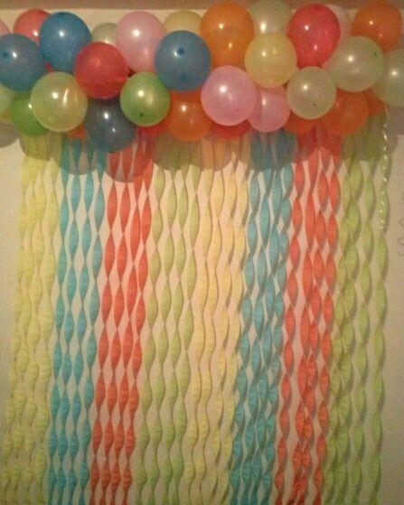 Decoração com papel crepom balões coloridos