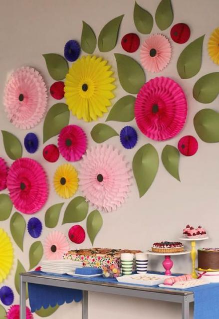 Decoração com papel crepom flores e folhas