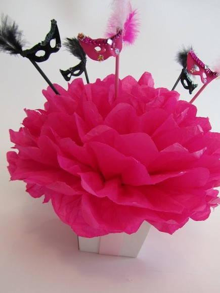 Decoração com papel crepom centro de mesa flor rosa pink