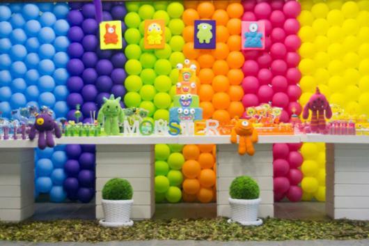parede de balões coloridos