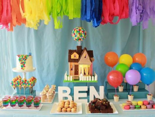 balões coloridos presos com fitilhos