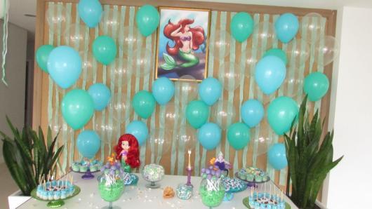 balões soltos na parede com o tema da Pequena Sereia