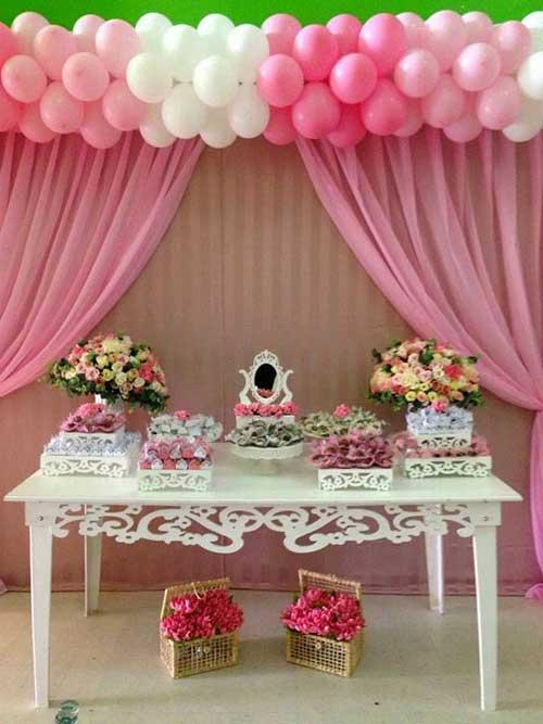 clusters de balões na parede rosa e branco