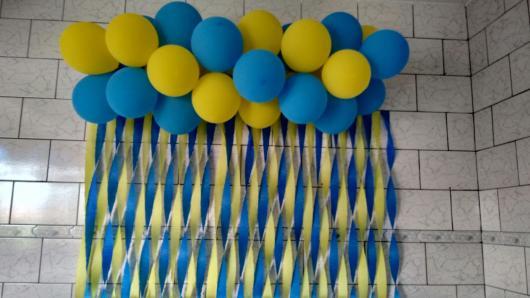 cortina de balões com papel crepom