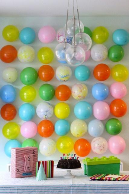 balões soltos na parede com diferentes cores