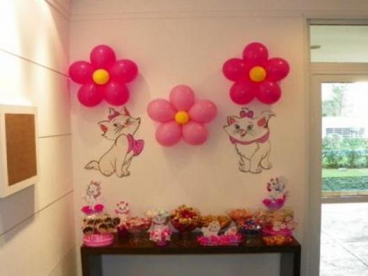 balões formando desenhos de flores
