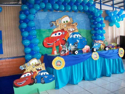 balões na parede envolta de desenho do tema Carros