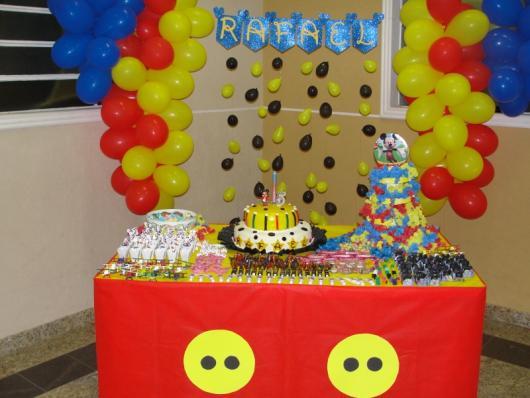 clusters de balões na parede de várias cores