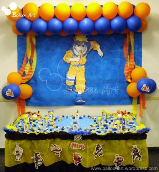 balões na parede envolta de desenho do tema Naruto