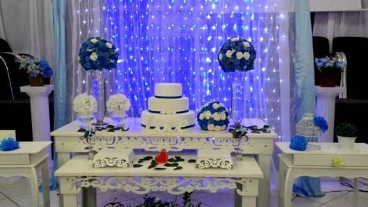 mesa de bolo com móveis provençais e decoração azul
