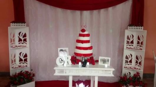bolo nas cores vermelho e branco