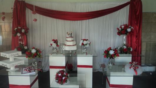 cortinas improvisadas de vermelho e branco