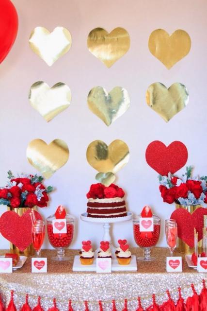 mesa de bolo vermelho com corações ao fundo