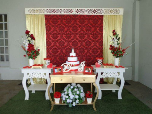 mesa de bolo branco com detalhes em vermelho