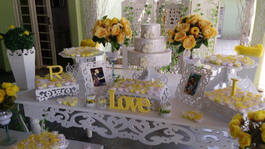 mesa de noivado com móvel provençal e letras em MDF