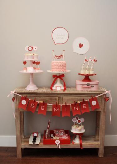 mesa de bolo de noivado com plaquinha escrito seja meu em inglês