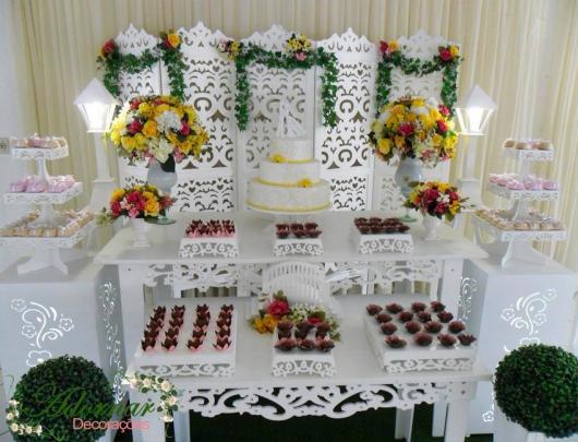 mesa de noivado com dois móveis provençais