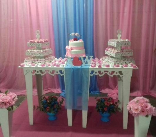 mesa de bolo com cortinas rosa e azul