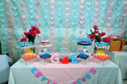 mesa de bolo com cortina de corações rosa e azul