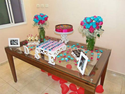mesa de bolo com flores rosa e azul