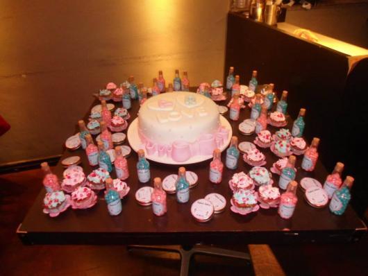 bolo com detalhes em rosa e azul com docinhos de enfeite