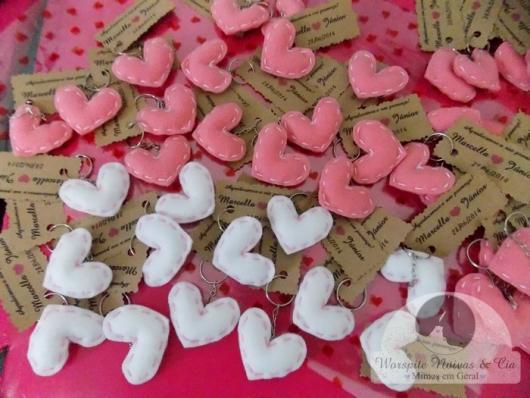 corações brancos e rosas de feltro
