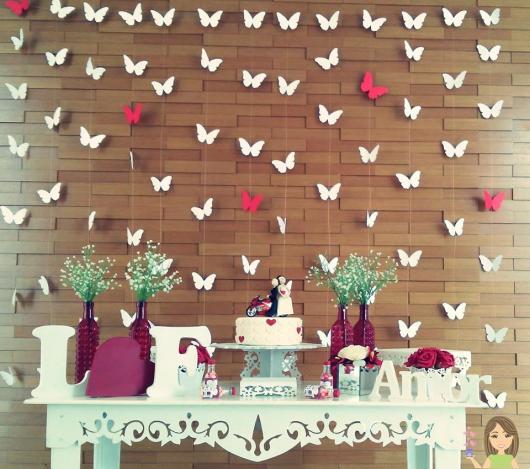 mesa de noivado com móvel provençal com cortina de borboletas ao fundo