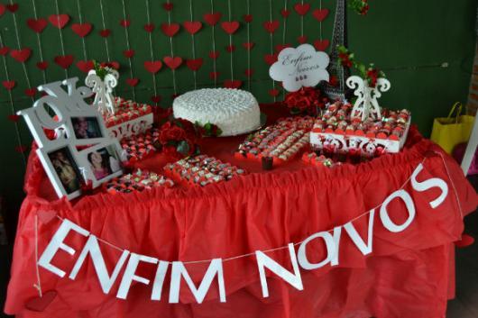 mesa de bolo com toalha vermellha e detalhes branco