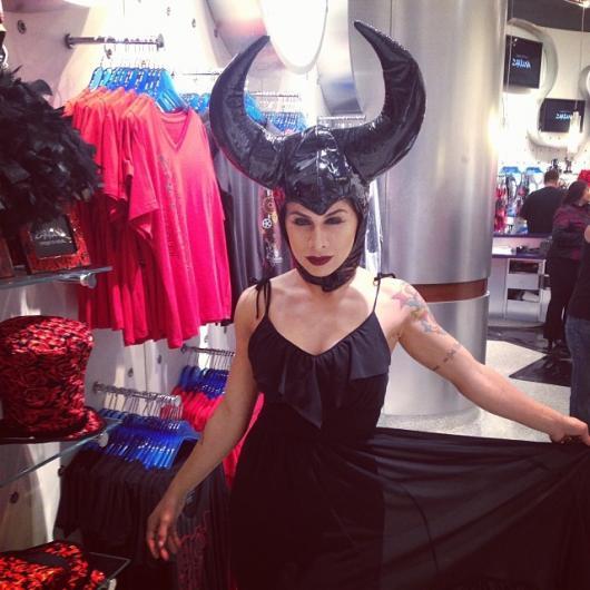 Fantasia Malévola improvisada com vestido preto básico