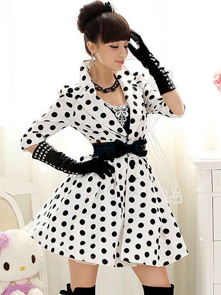 vestido de bolinhas branco com preto e luvas combinação clássica
