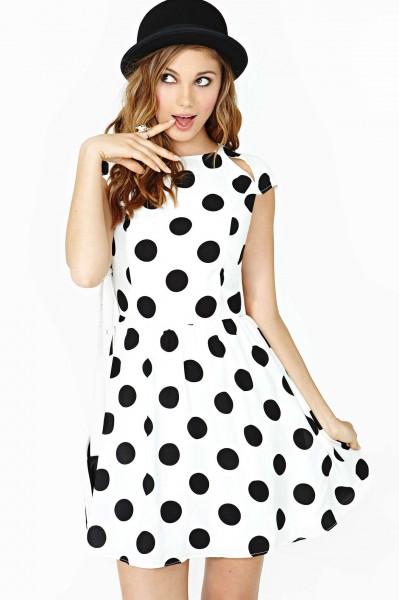 Vestido branco com estampa de bolinhas pretas grandes é o modelo mais usado de fantasias anos 60 femininass