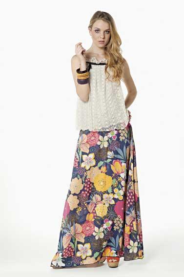 Modelo de look hippie simples com blusinha básica branca e saia floral