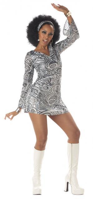 Modelo de fantasia anos 60 cinza com estampa, tiara de cabelo e bota