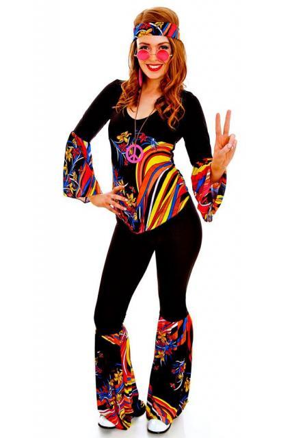 Modelo hippie preto com estampa colorida, colar, oculos e brinco rosa