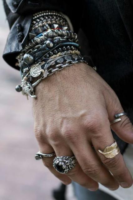 Fantasias anos 60 masculinas pulseiras e anéis