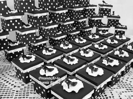 caixinha preta com detalhes em branco