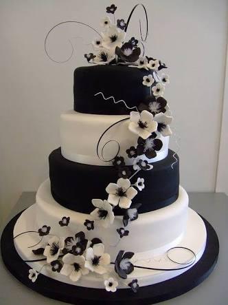 bolo preto e branco e com flores das mesmas cores